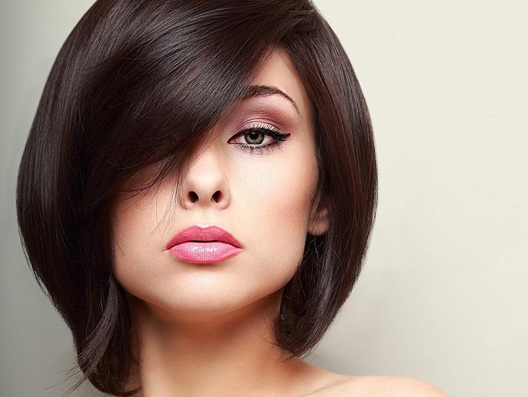 femme-cheveux-noir-court-style-2019
