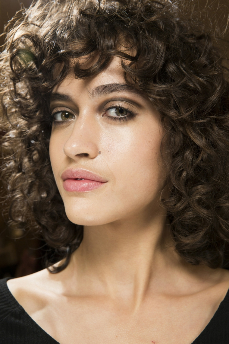 cheveux-court-bouclés-modèle-alanna-arrington