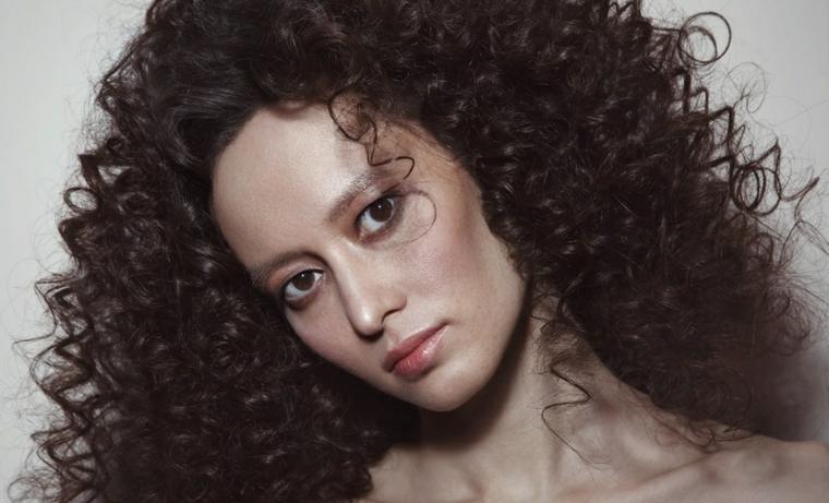 coupes de cheveux-femmes-2019-cheveux-boucles-petit