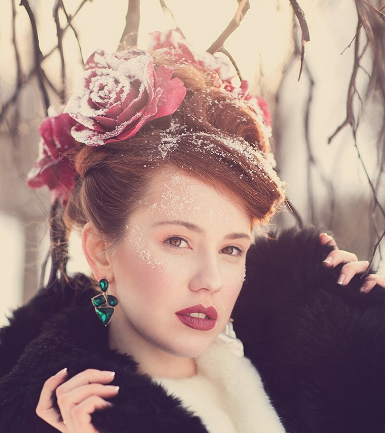 femme-fleurs-cheveux-idees-roses
