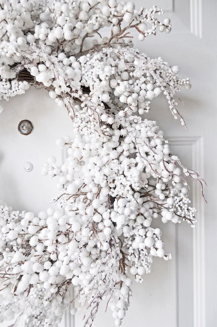 décoracoion-blanco-puerta-casa-navidad