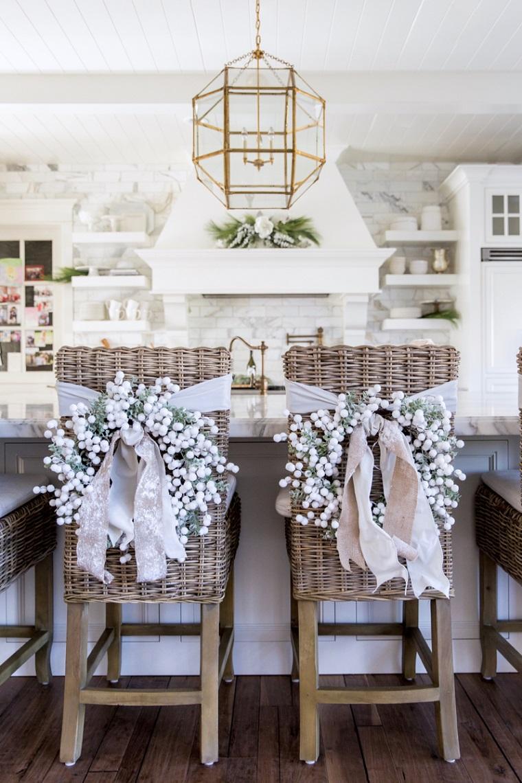 idées-décoration-chaises-maison-couronnes-blanc-idées
