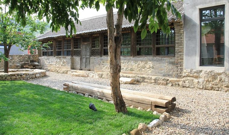 maison-rural-jardin-banc-bois