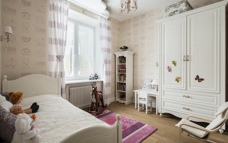 chambre des enfants blanc-tapis-rose