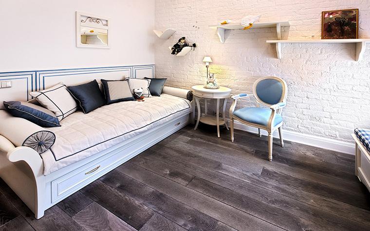 chambre à coucher-enfant-blanc-plancher-bois-couleur-sombre