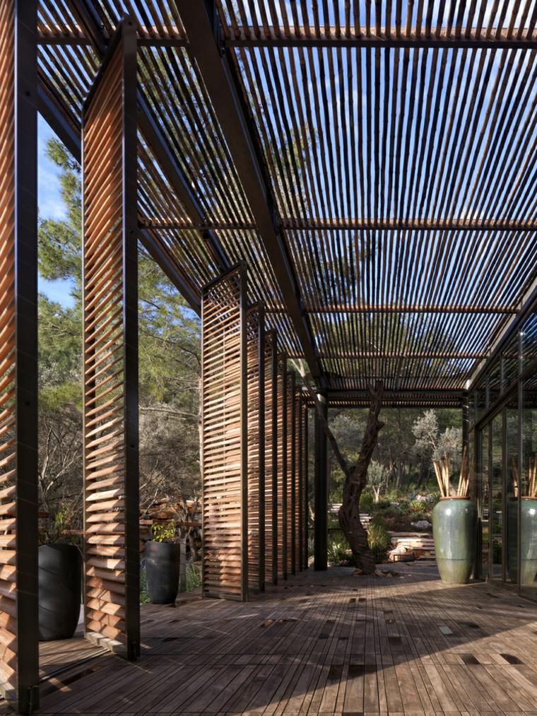 Une grande terrasse entoure et ombrage le club-house