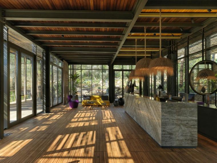 Zone de réception entourée de murs de verre