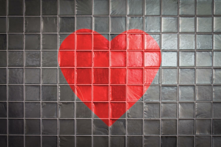 coeurs dans les carreaux de la salle de bain
