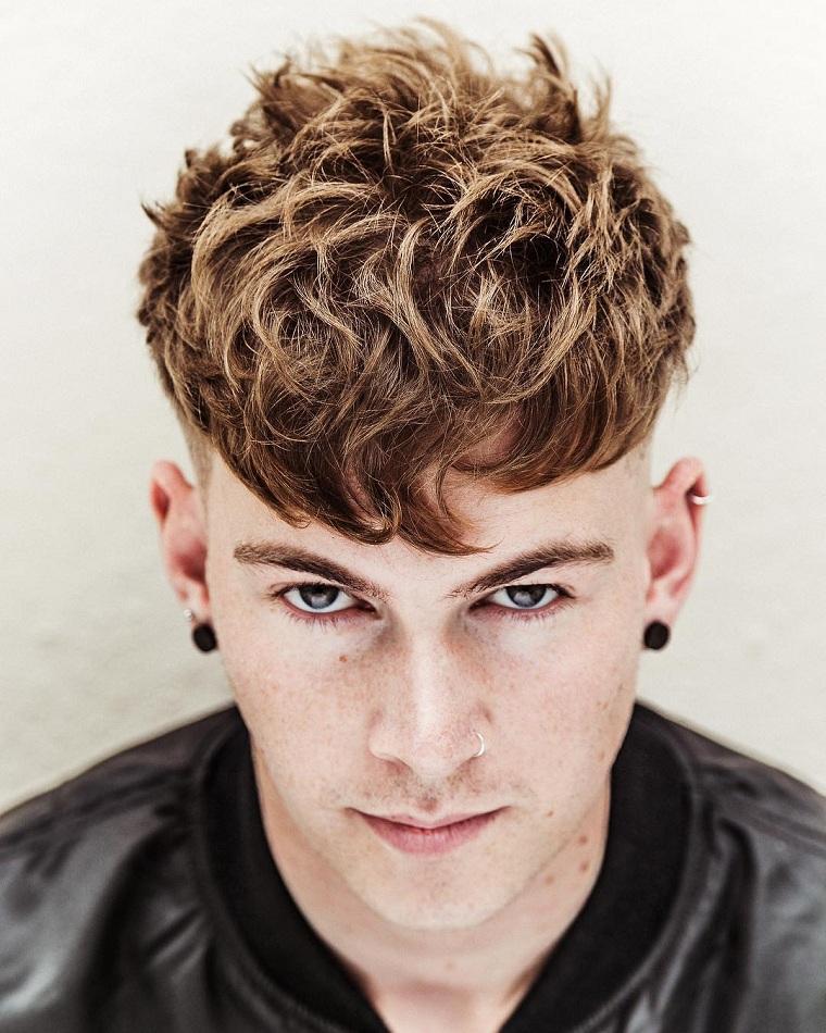 coiffures homme-idées-original-cheveux-bouclés