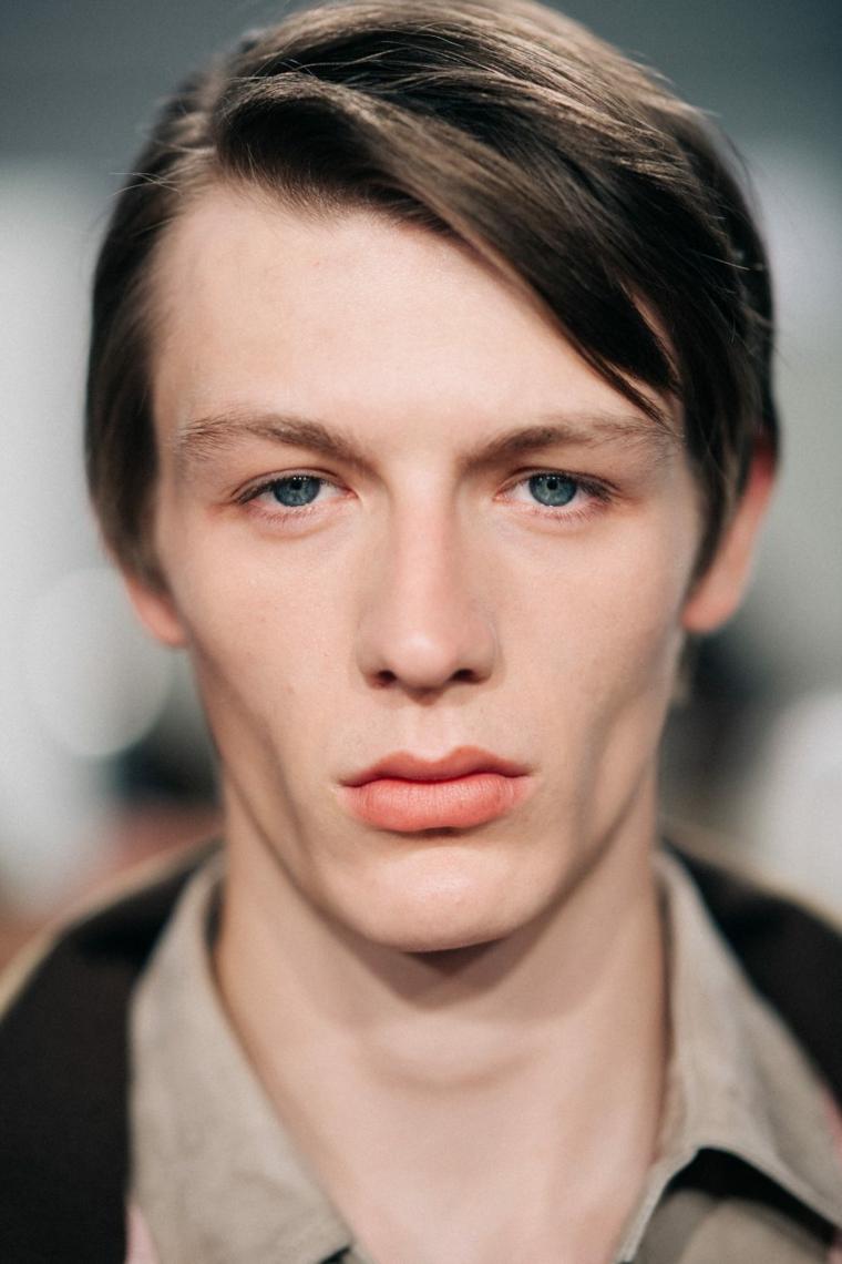 coiffures-homme-moderne-frange-long-côté