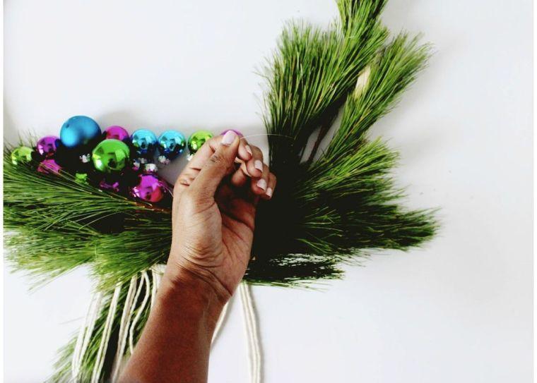 diy-corona-navidad-idees-estilo-scandinavo-bolas-navidad-liée
