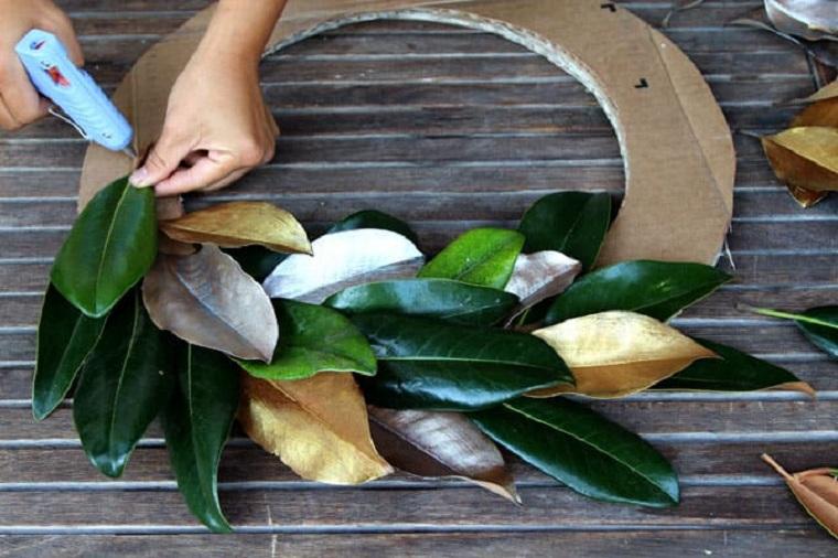corona-navidad-diy-aro-carton-coller-feuilles-idées
