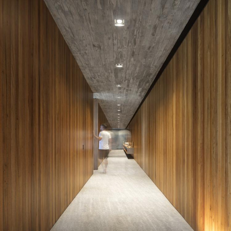 couloir-central-bois-béton