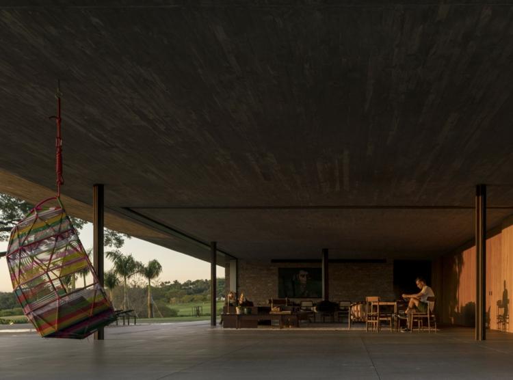 chaises-pendentifs-extérieur-maison-moderne