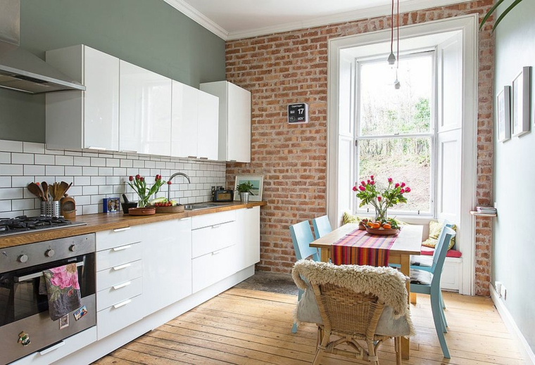 petit appartement avec salle à manger et cuisine