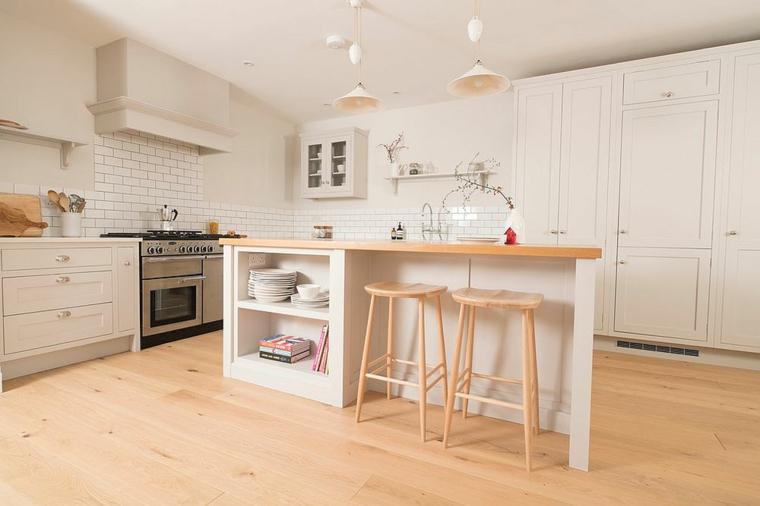 combinez le bois et le blanc dans la cuisine