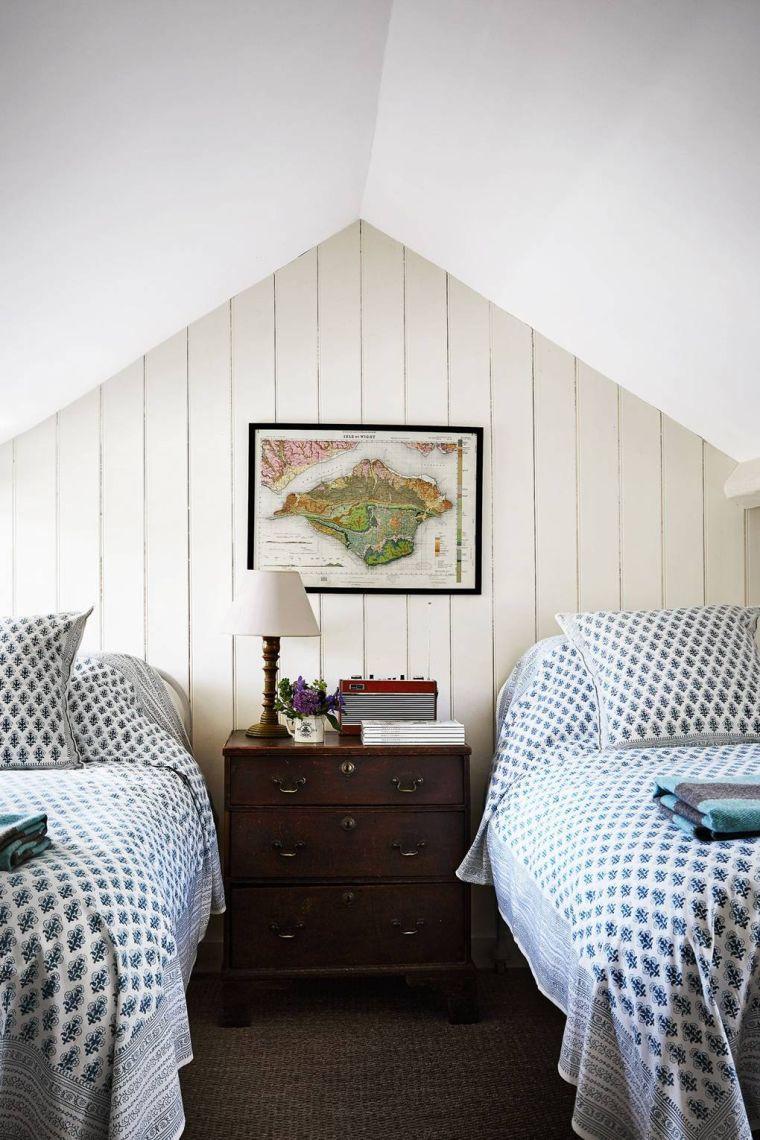 chambre avec deux lits dans le grenier