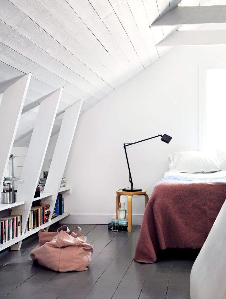 chambre avec étagères pour les livres