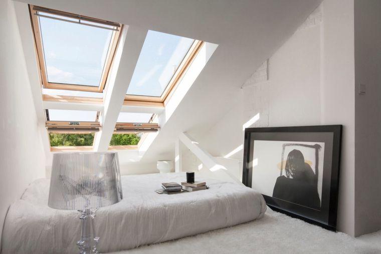 chambre lumineuse avec deux fenêtres
