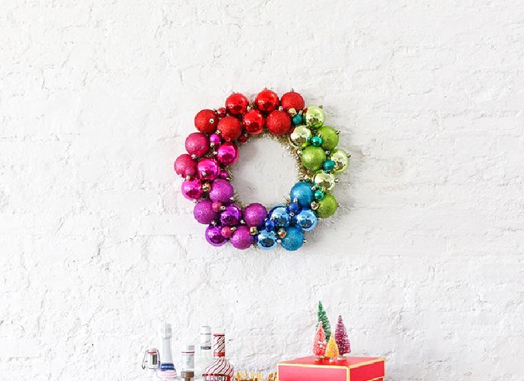 noel-2018-decoration-couronnes-boules-couleurs