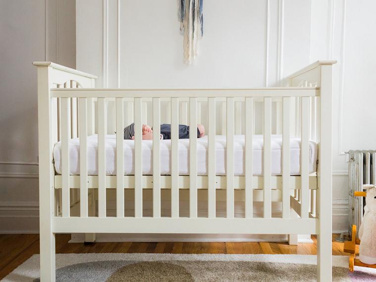 bébé-berceau-blanc-sommeil-mythes-reve