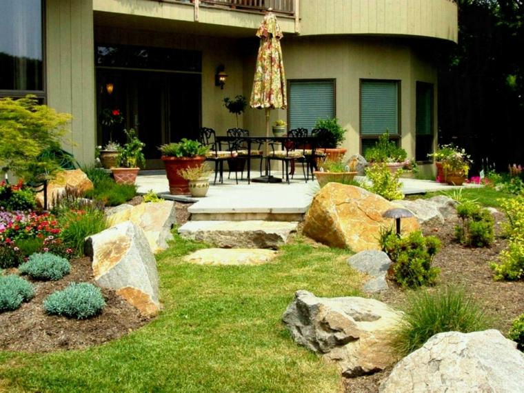 jardins-idées-inclinées-avec-pierres
