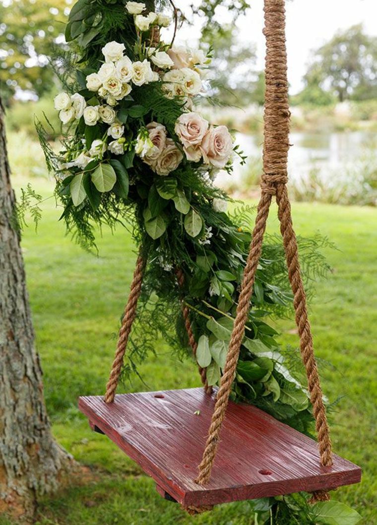 Balançoire de jardin décorée de fleurs