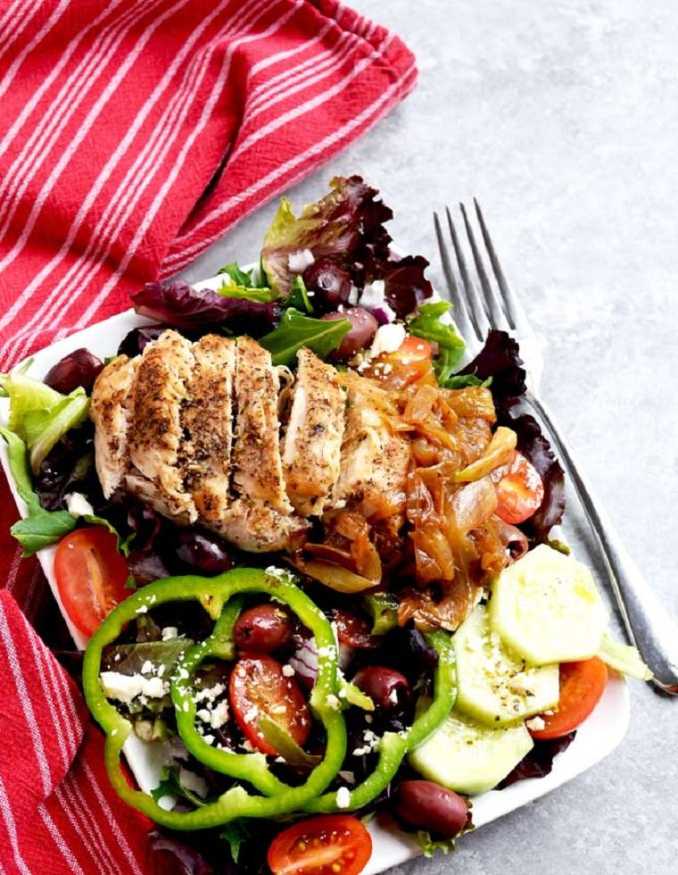recette-facile-rapide-salade-au-poulet-riche-grecque