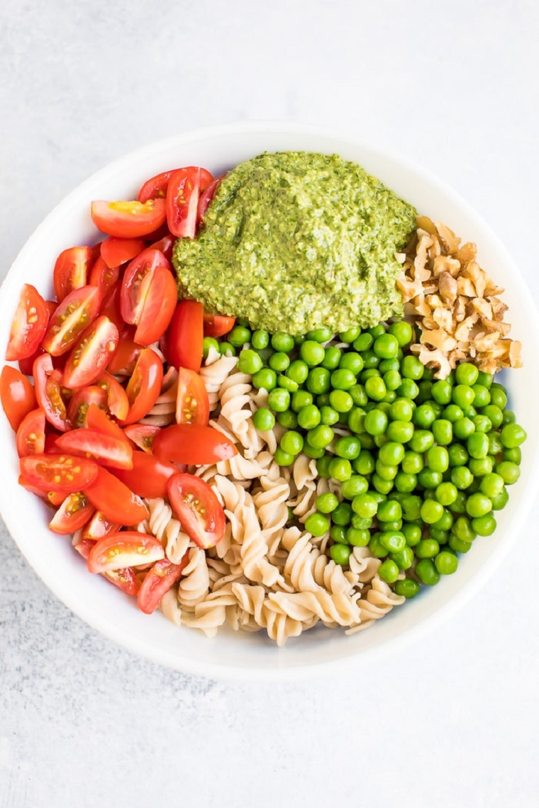 nourriture-végétalien-idées-faciles-salade-pâtes-pesto-légumes
