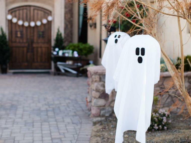 fantômes suspendus dans la cour