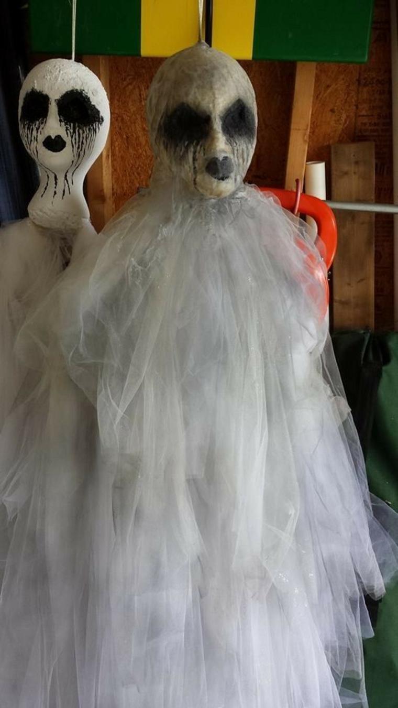 fantômes pour Halloween avec des crânes