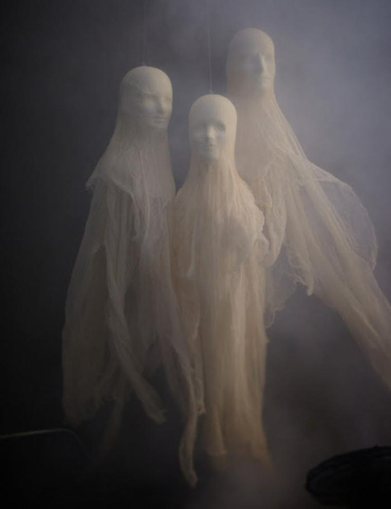 fantômes pour Halloween dans le noir