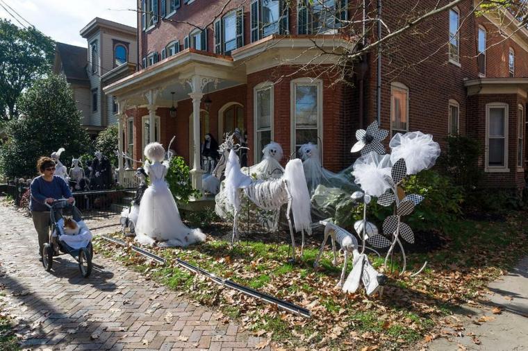 fantômes pour Halloween dans le jardin
