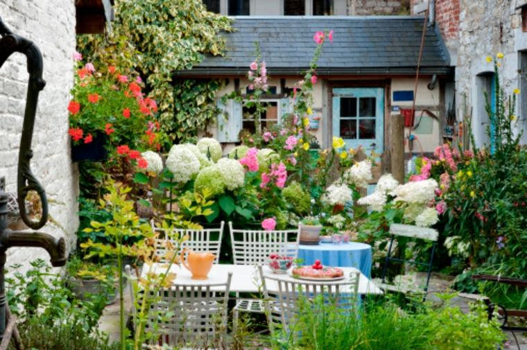 Beau patio avec beaucoup de fleurs