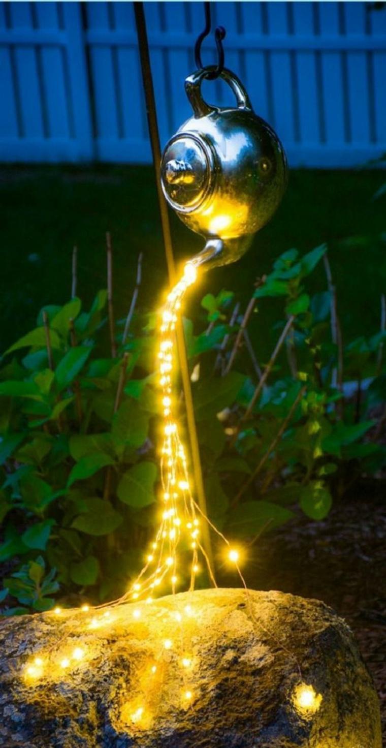 Théière décorative avec guirlande de lumières qui cascades