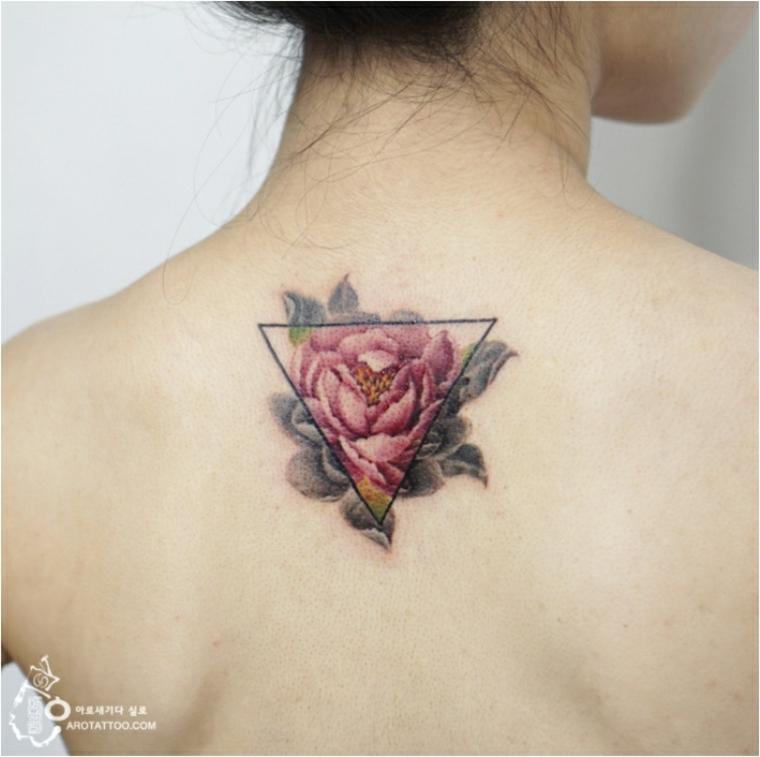tatouage de fleurs au dos