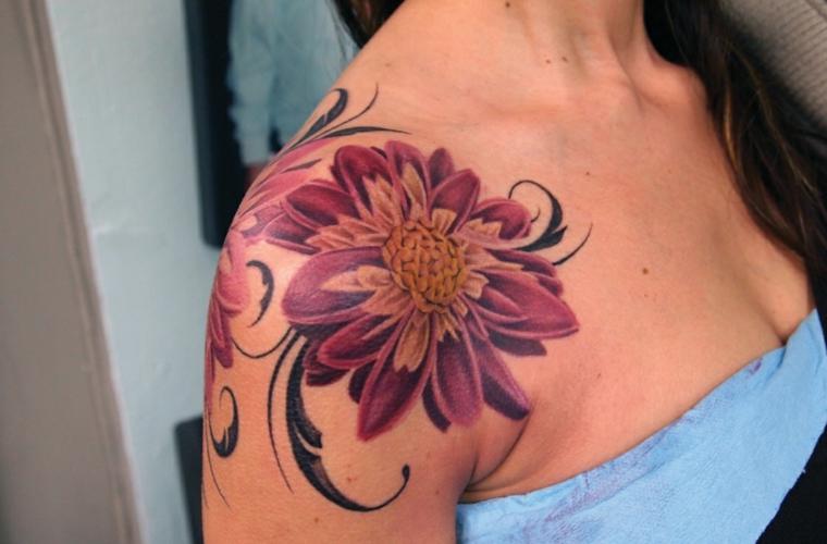 tatouage de fleurs sur lépaule