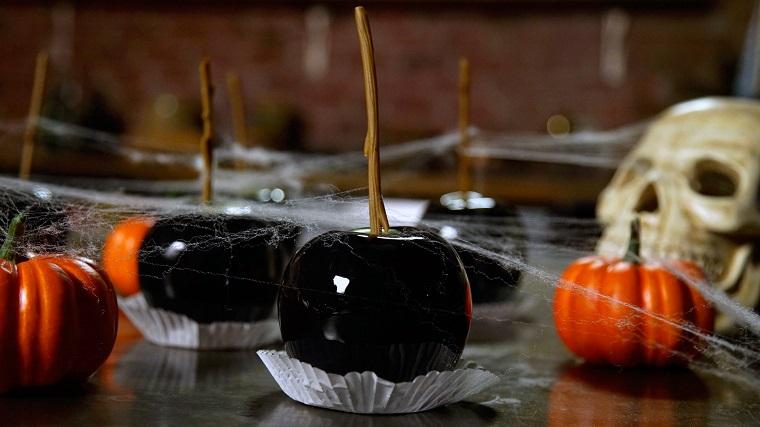 fête-de-halloween-pommes-noir