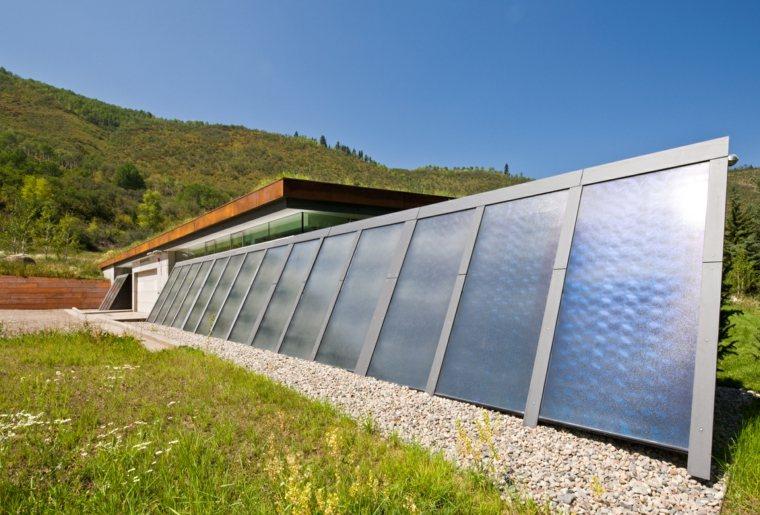 herbe-panneaux-solaires-maison-montana