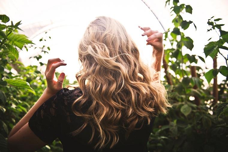 herbes-medicinal-cheveux-sain-long-brillant