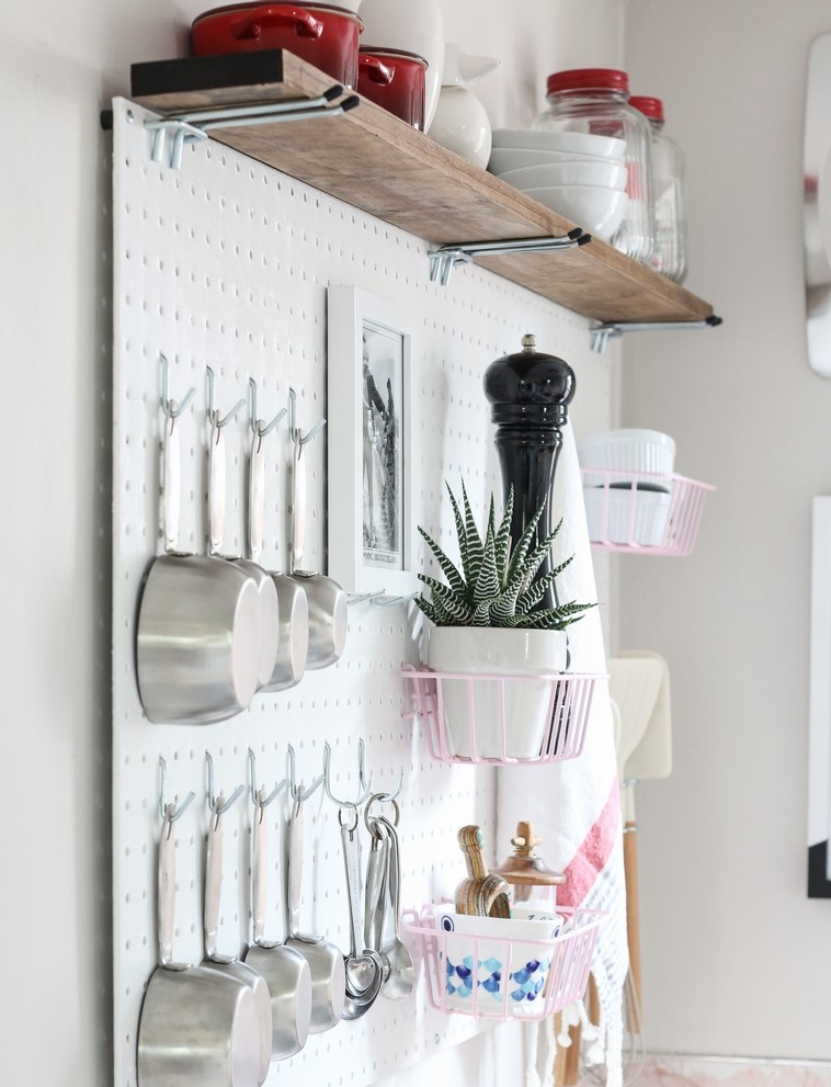 cuisine-accessoires-idees-table-piquets-couleur-blanc