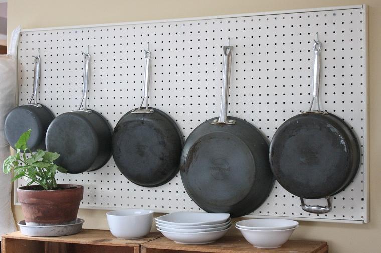 cocina-de-cocina-idées-tablejo-pegs-casseroles