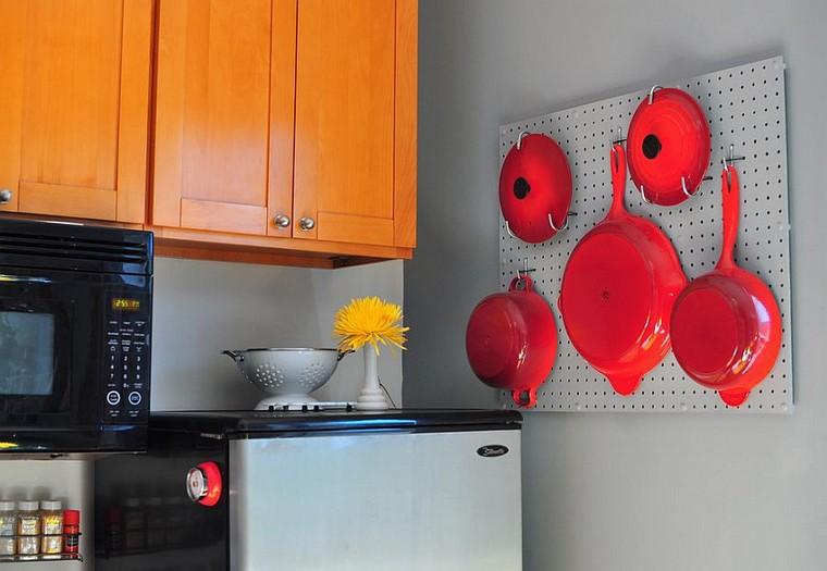 cocina-de-cocina-ideas-tablejo-chevilles-poêles à frire-rouge