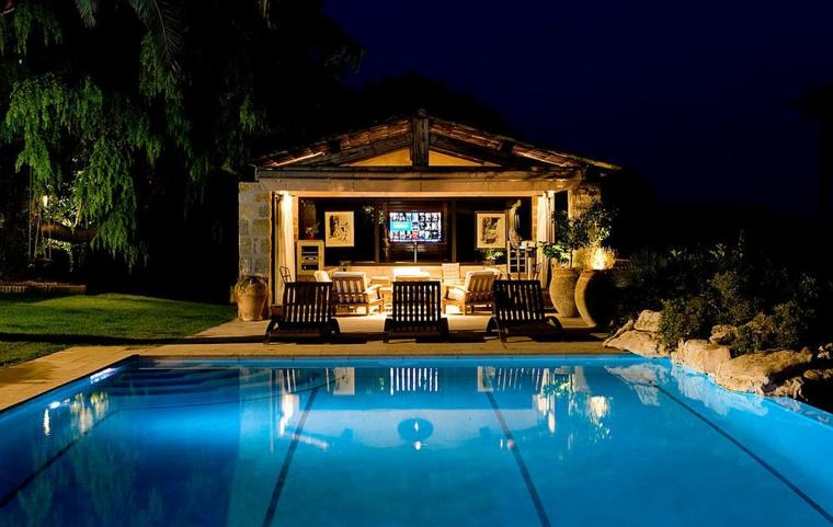 ciné-en-casa-junto-a-la-piscina