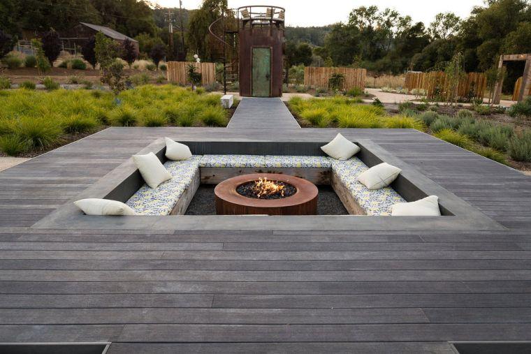 place de feu dans le jardin