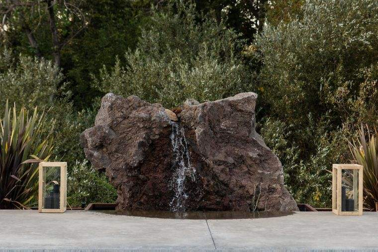 grosse pierre comme source