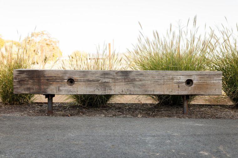banc en bois dans le jardin