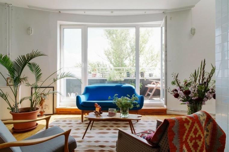 les meubles et la décoration sont en couleurs naturelles