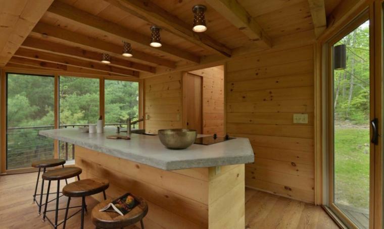 maison en bois murs d'arbres
