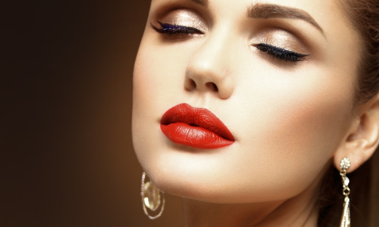 Maquillage simple contour des lèvres